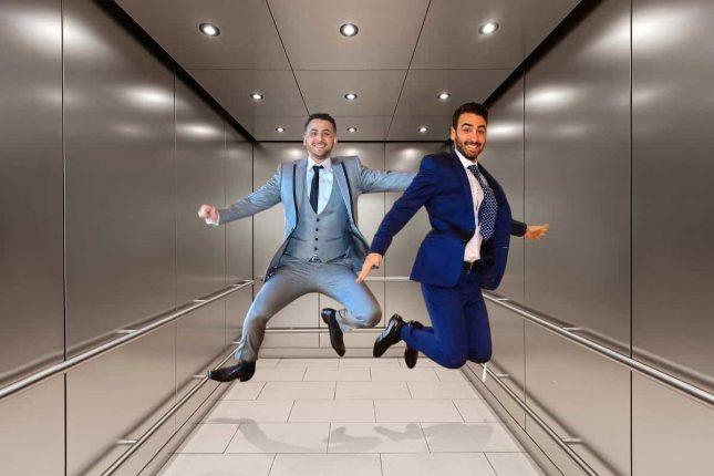 мужчины прыгают в лифте