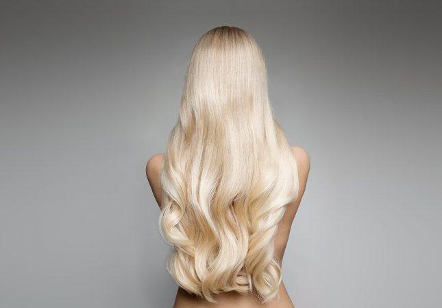 Блондинка стоит спиной