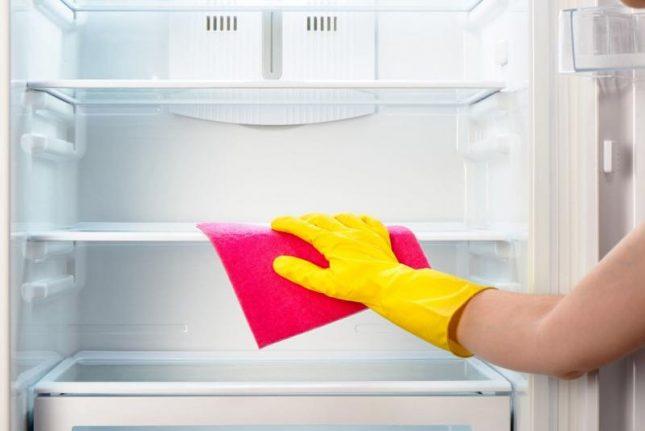 Протирание полок холодильника