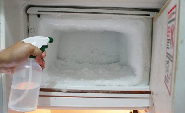 Пульверизатор и замёрзший холодильник