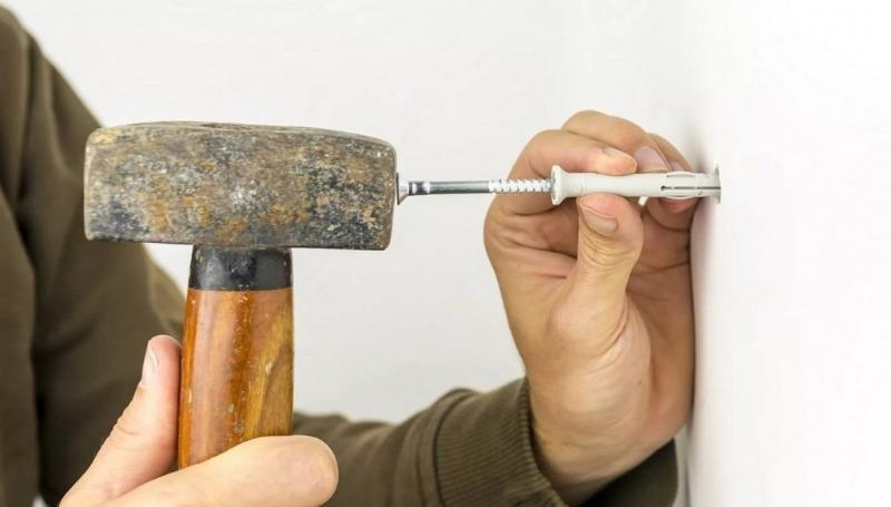 3 способа закрепить выпадающий из стены дюбель