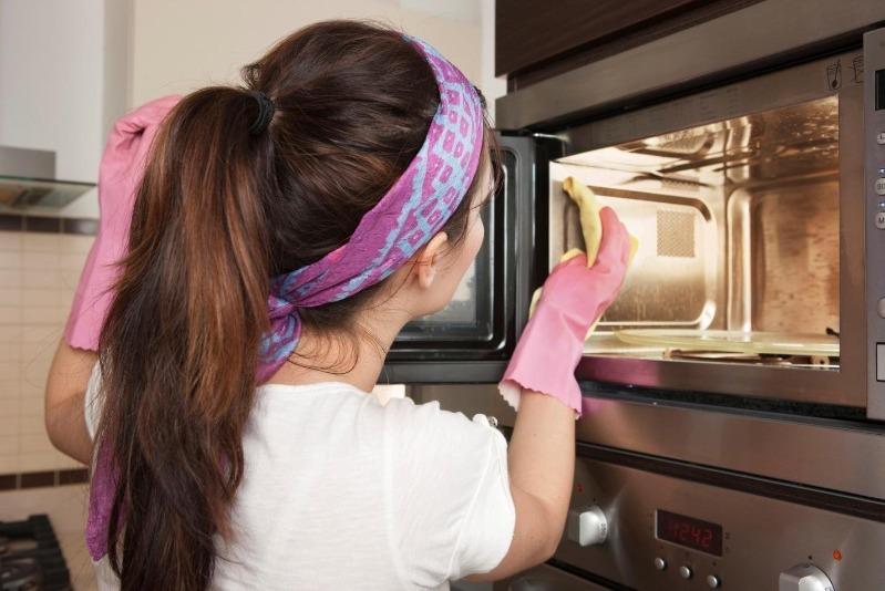 5 простых, но эффективных средств для очистки микроволновки