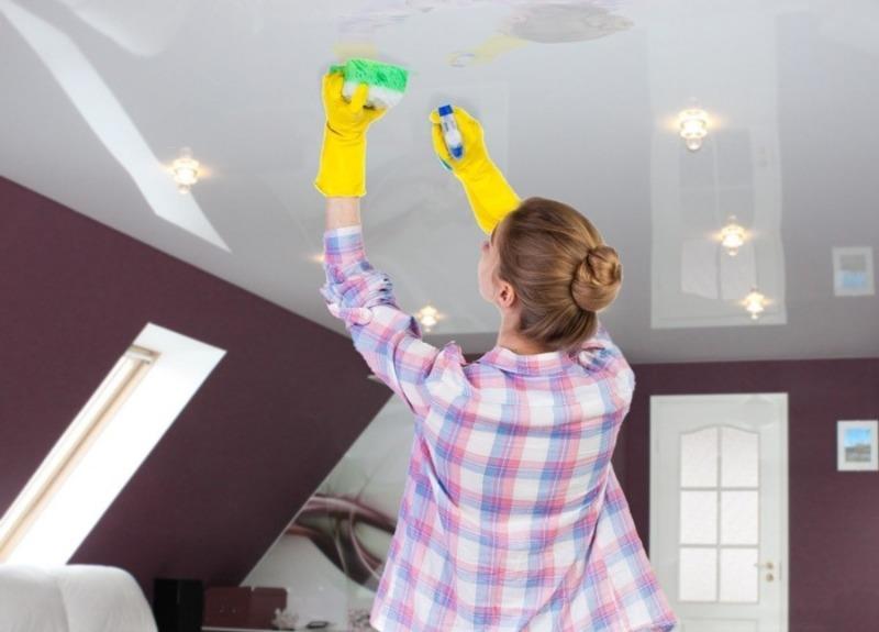Как эффективно вымыть натяжной потолок и не порвать его