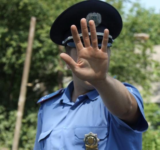 полицейский закрывает лицо рукой