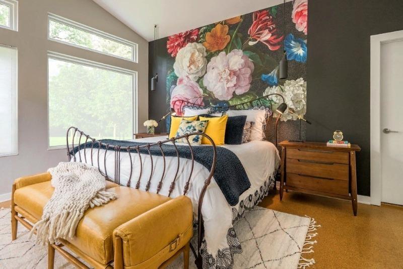 5 красивых идей использования двух разных обоев в спальне